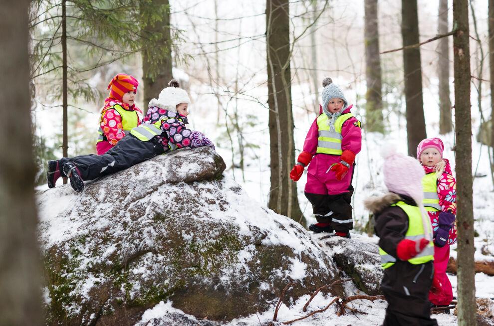 Lappeenrantalaisen Lappeen päiväkotikoulun lapset leikkivät metsässä. Kuva: © Lappeenrannan kaupunki/Mikko Nikkinen