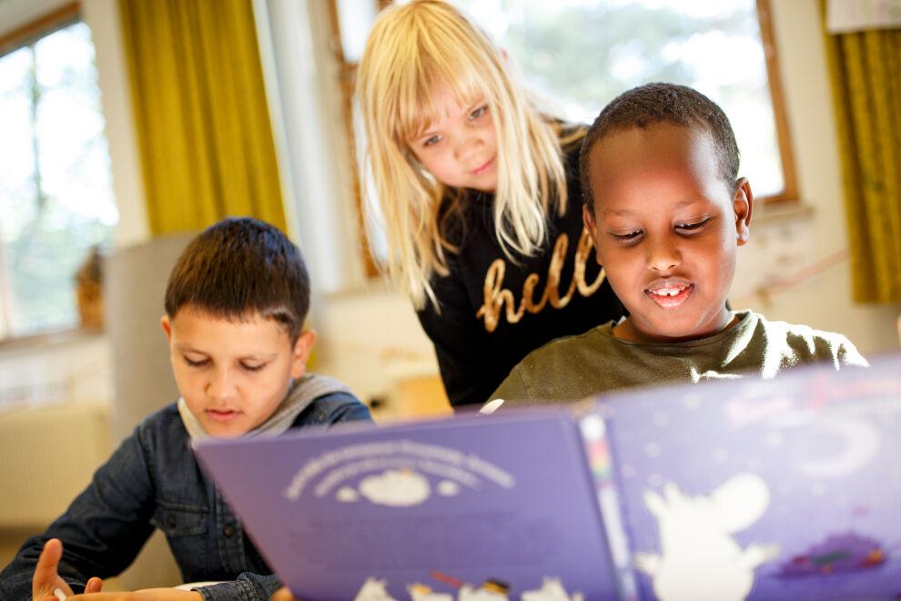 Kakkosluokkalaiset tekevät luku- ja kirjoitustehtäviä Pohjois-Haagan ala-asteen koulussa Helsingissä. © UNICEF/Suomi 2018/Hanna-Kaisa Hämäläinen