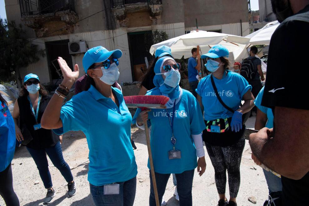 UNICEFin työntekijät ovat auttaneet Beirutilaisia siivoamaan katuja räjähdysten jäljiltä. © UNICEF/UNI357491/Gorriz/UN
