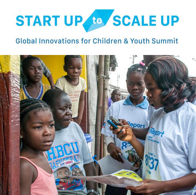 """Nuoret """"U-reportterit"""" lukevat kännykästään ebolan leviämisen ehkäisemisestä kertovia viestejä naapurustolleen West Pointin kaupunginosassa Monroviassa, Liberiassa. U-report on UNICEFin kehittämä tekstiviestipohjainen palvelu, jonka avulla kehitysmaiden nuoret voivat kertoa mielipiteitään sekä vastaanottaa ja levittää tietoa.© UNICEF/NYHQ2015-0133/Naftalin"""