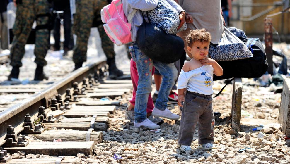 Kolmevuotias poika odotti pääsyä Serbiaan menevään junaan Gevgelijan kaupungissa Makedoniassa. © UNICEF/NYHQ2015-2067/Georgiev
