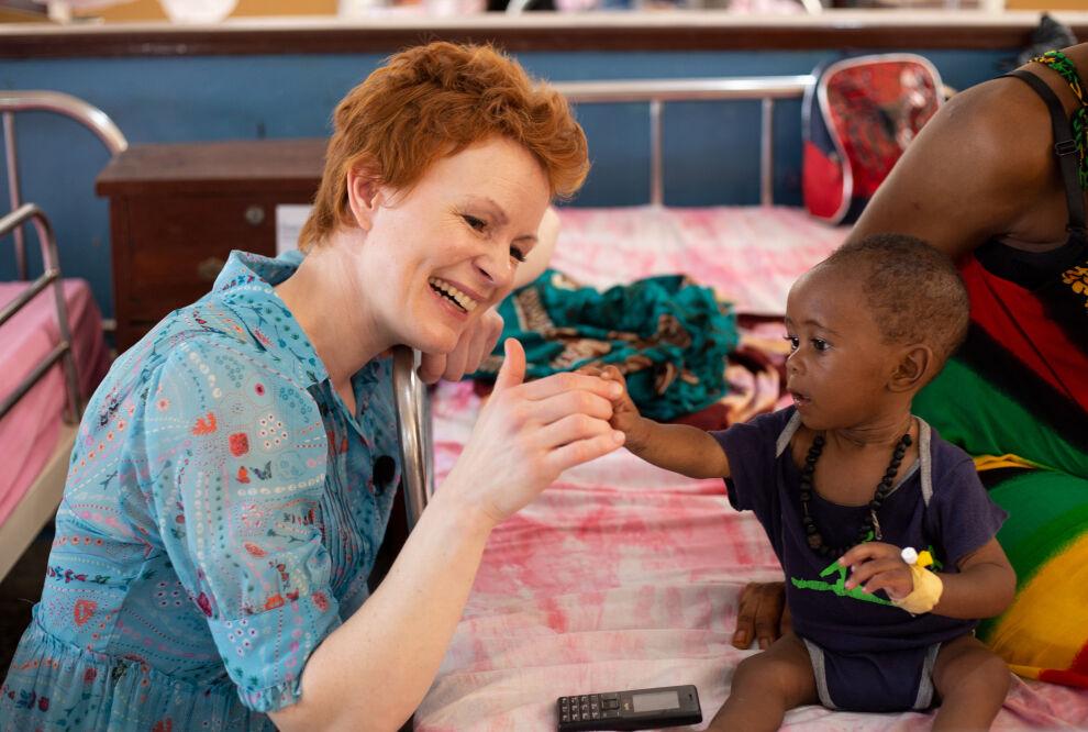 Näyttelijä Minna Haapkylän vierailu Sierra Leonen lasten luona nähdään syksyllä. ©UNICEF/Sierra Leone/Eija Wallenius