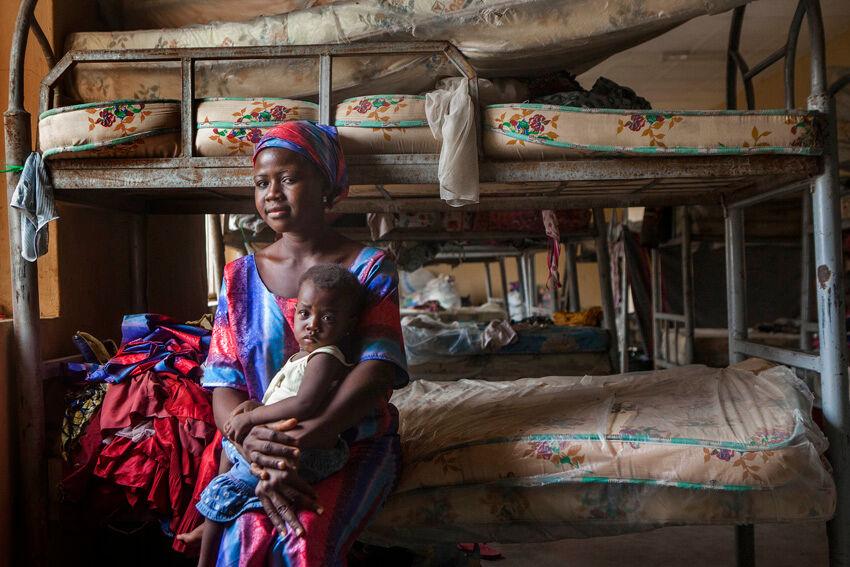 Evelyn joutui pakenemaan suin päin Boko Haramin iskua vuoden ikäisen tyttärensä kanssa ja joutui eroon 5-vuotiaasta Wisdom-pojastaan. Wisdom onneksi löytyi, ja nyt äiti ja lapset asuvat yhdessä pakolaisleirillä Yolan kaupungissa. Miehestään Evelyn ei ole kuullut mitään iskun jälkeen.