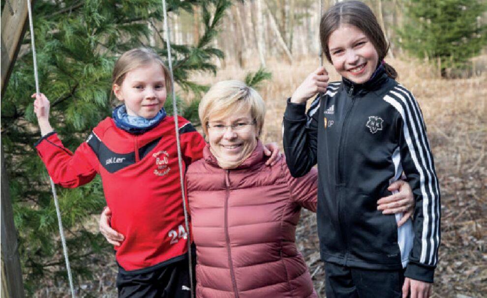"""""""Jos en pääsisi kouluun, minulla ei  olisi kavereita enkä osaisi laskea"""", UNICEF-kävelyyn osallistunut Aada Mulari (oik.) sanoo. """"Eikä saisi isona kunnon ammattia"""", Emilia Mulari lisää. Keskellä tyttäriensä kävelyä sponsoroinut äiti Pirjetta Mulari. © Petri Mulari"""