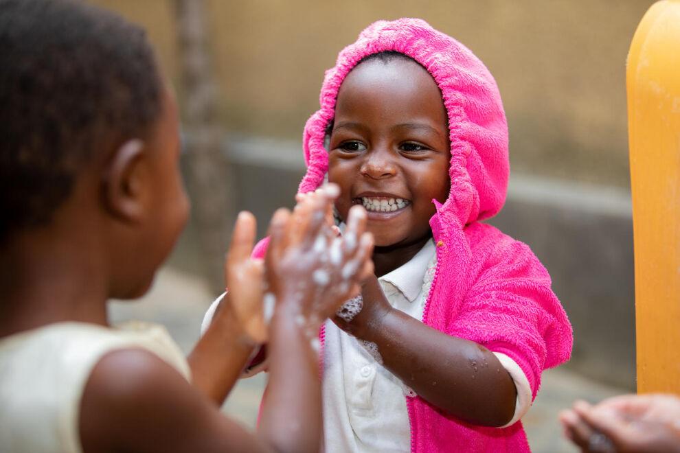 Käsienpesua opetellaan tiiviisti myös Ruandassa. © UNICEF/UNI211047/Rudakubana