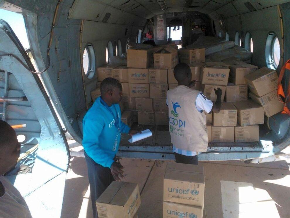 UNICEFon lennättänyt muun muassa hygieniatarvikkeita, klooritabletteja ja peittoja pakolaisten auttamiseksi.  © UNICEF/ Sudan 2015