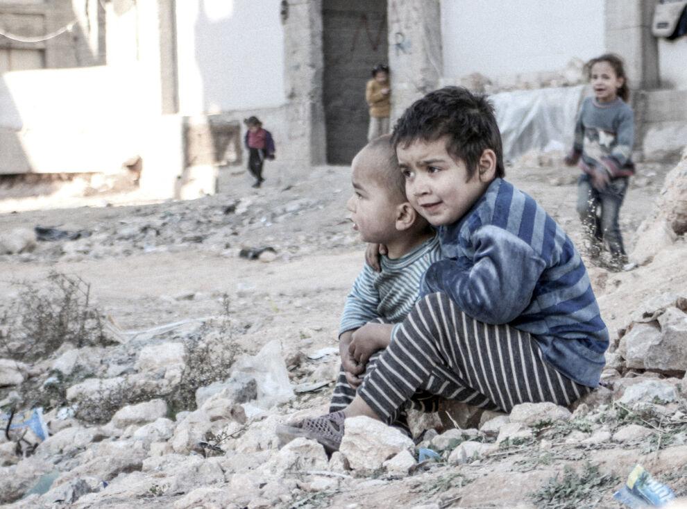 Esraa,4, (oikealla) ja hänen veljensä Waleed, 3, asuvat maan sisäisinä pakolaisina Syyrian Aleppossa. © UNICEF/UN013175/Al-Issa