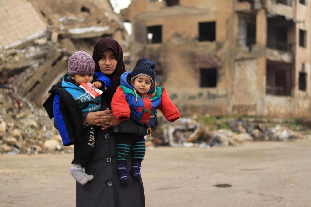 Viisi vuotta maansisäisenä pakolaisena elänyt Alaa on palannut perheineen kotikaupunkiinsa Aleppoon. Alaan nuorempi lapsi Zahra on kärsinyt syntymästään saakka terveysongelmista. UNICEFin tukema liikkuva terveystiimi on hoitanut Zahran aliravitsemusta. © UNICEF/UNI310539/Al-Issa