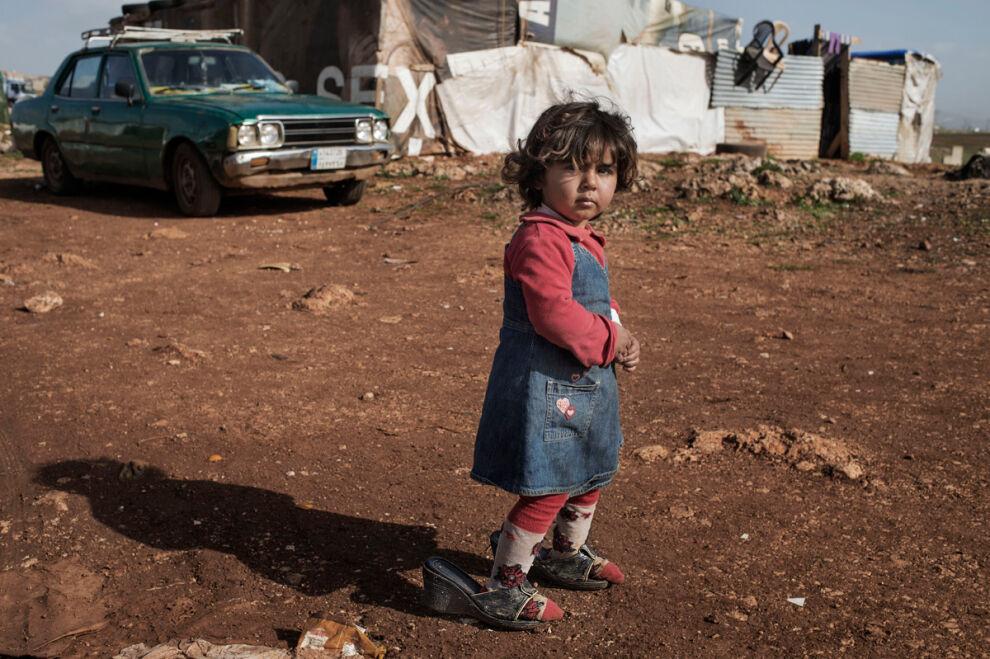 Kaksivuotias Aya asuu Marj El Khokhin pakolaisleirillä Libanonissa. © UNICEF/MENA2014-00020/Romenzi