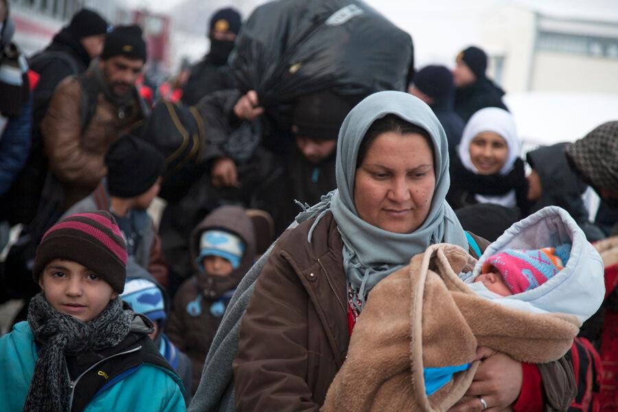 Pakolaisia saapumassa Slavonski Brodin väliaikaiseen majoituskeskukseen Kroatiassa. Keskuksen kautta kulkee päivittäin 3 000 pakolaista, joista lähes 1 000 on lapsia. © UNICEF/UN07709/Kljajo
