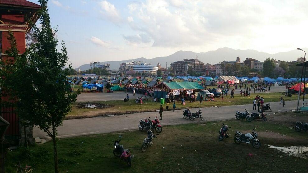 Kathmandussa ihmiset jättivät kotinsa ja kerääntyivät turvaan telttaleirille kaupungin keskustassa sijaitsevalle Tundikhelin aukiolle. © UNICEF/Nepal 2015/Priya Joshi