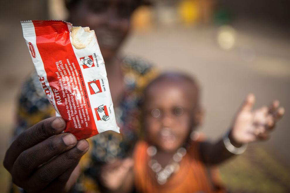 Nouhoum Hamar kurkottelee kohti lisäravinnepussia, joka sisältää maapähkinätahnaa. Malissa Suomen valtion lahjoittaman kaltainen perusrahoitus turvasi UNICEFin ravitsemusohjelman toteuttamisen ja 6000 aliravitun lapsen hoidon.
