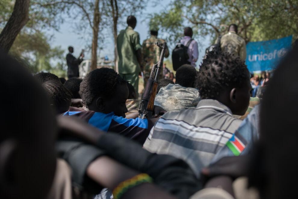 Aseet kerättiin pois Cobra-ryhmään kuuluneilta lapsisotilailta keskiviikkona. © UNICEF/UN037267/Lomodong