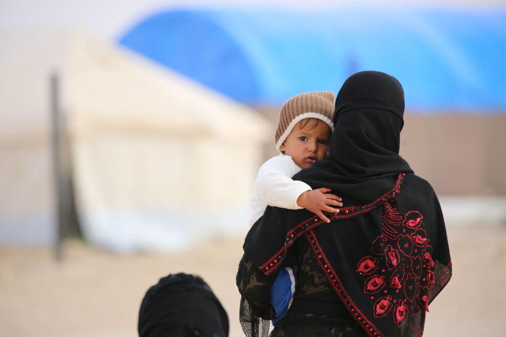 """Nawa pakeni lastensa kanssa Al Ba'ain alueen väkivaltaisuuksia Al-Holin leirille koilliseen Syyriaan. """"Muutama viikko sitten kovat tuulet repivät telttamme rikki ja elleivät naapurit olisi ottaneet meitä suojiinsa, nukkuisimme ulkona kylmässä. Pelkään, että lapseni sairastuu, minulla ei ole varaa lääkäriin eikä lääkkeisiin. © UNICEF/UN046278/Souleiman"""