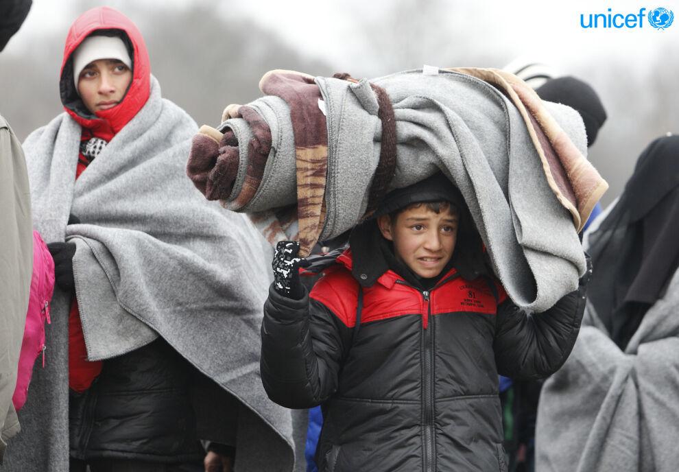 Nuori poika huopineen Serbian Miratovacissa, jossa turvapaikanhakijat voivat levähtää ennen pakomatkan jatkumista. © UNICEF/UN08799/Vas
