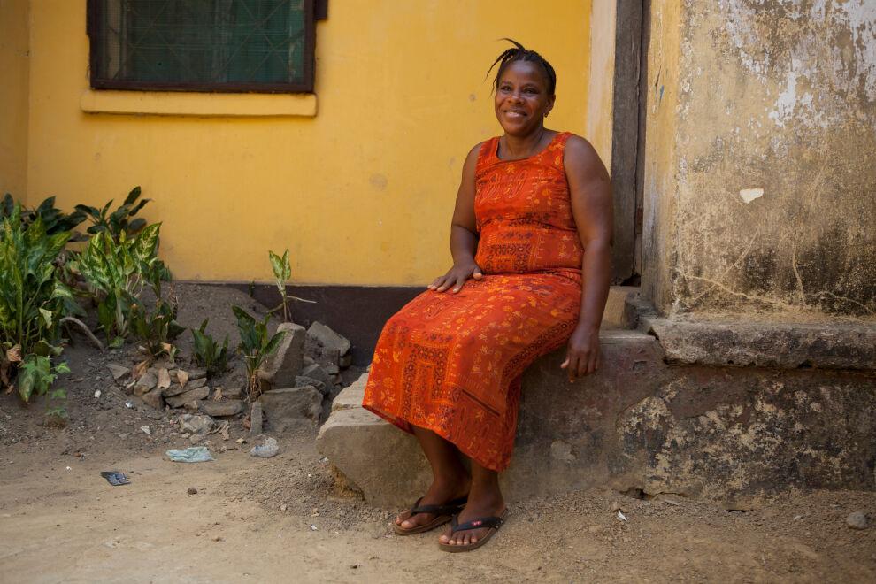 Shirley Tarwaly istuu penkillä Liberian pääkaupungissa Monroviassa. Hän selvisi Ebolasta, mutta naapurit polttivat kaikki hänen vaatteensa ja hän asuu nyt siskonsa luona. © UNICEF/UNI181297/Grile