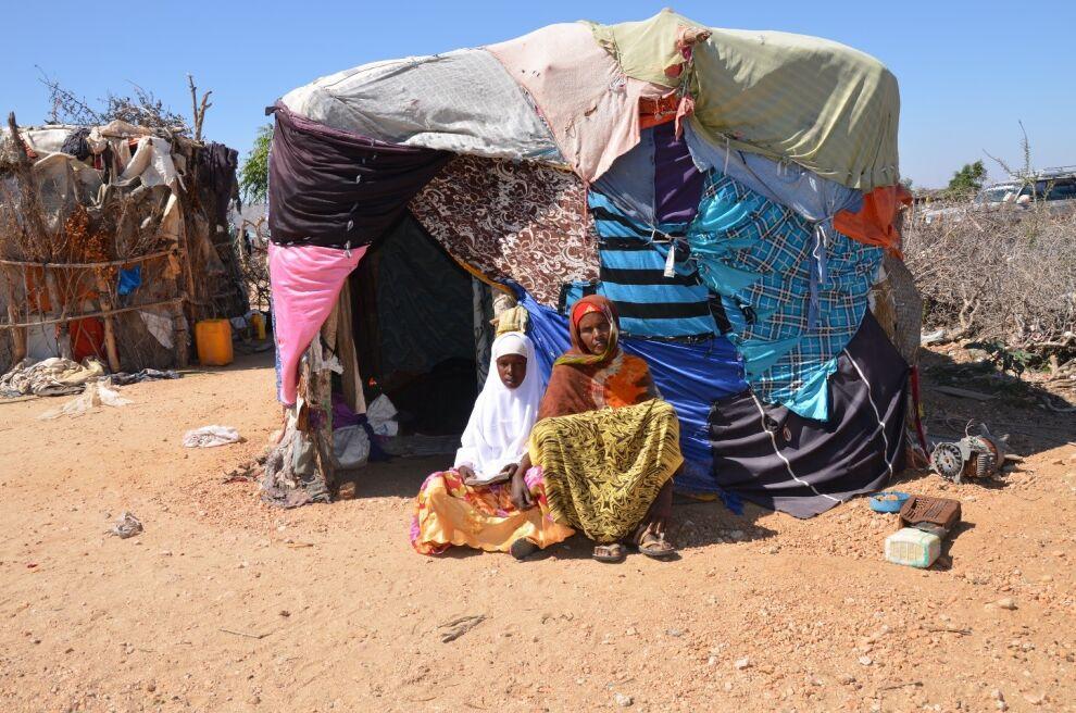 Lasten tilanne Somaliassa paranee koko ajan. Kaksitoistavuotias Shab'aan vietti aiemmin päivänsä paimentaen vuohia rinteillä, mutta nyt hän on pääsyt UNICEFin tukemaan kouluun Somalimaassa. Kuvassa Shab'aan äitinsä kanssa heidän kotinsa edessä. © UNICEF/PFPG2015-3535/Sarman