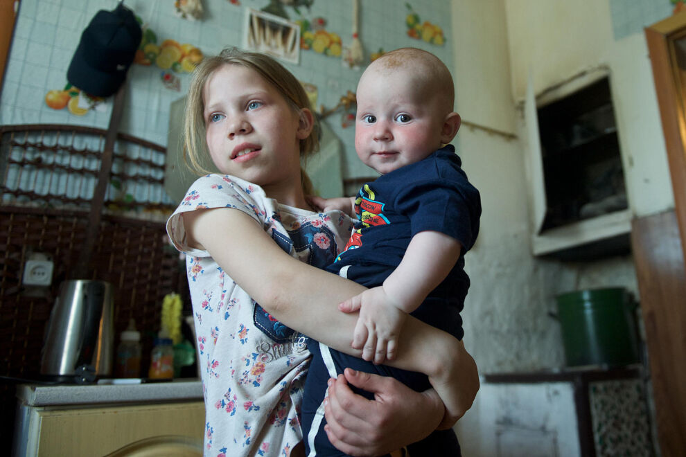 10-vuotias Lyubov pitää sylissään 7 kuukauden ikäistä veljeään Nur-Sultanissa, Kazakstanin pääkaupungissa. Lapsiperheköyhyyttä on onnistuttu vähentämään maassa vuosien ajan, mutta monet perheet jäävät edelleen sosiaaliturvan väliinputoajiksi. © UNICEF/UNI286628/Nur