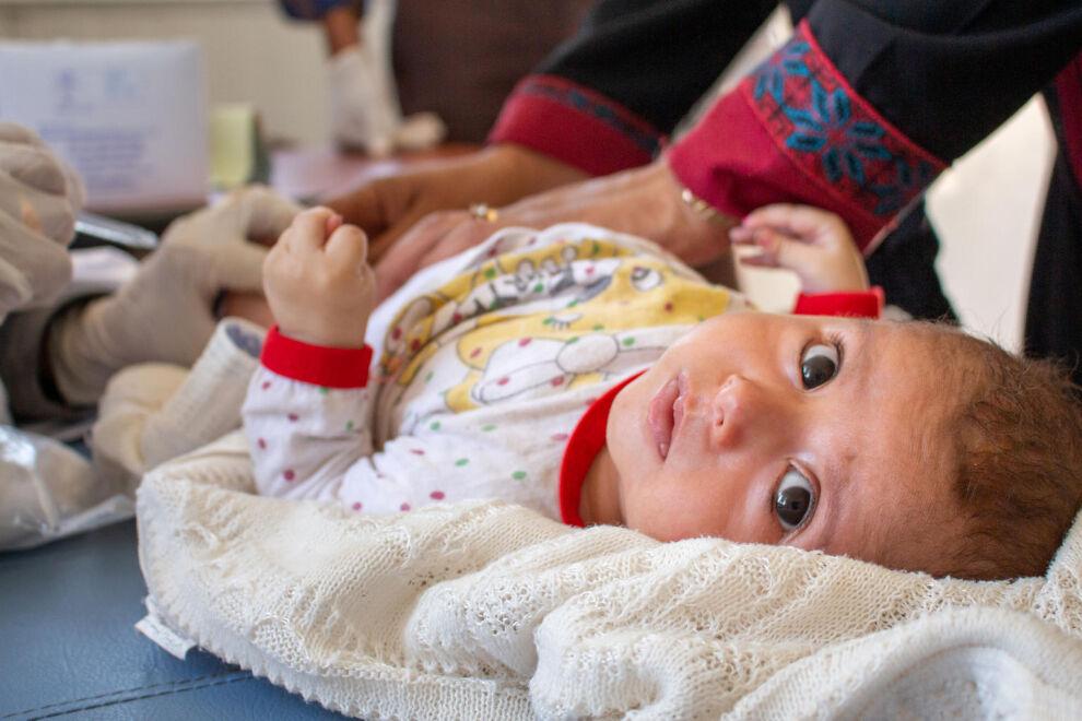 Kolmen kuukauden ikäinen syyrialainen Zuka-tyttö sai rokotteensa kesäkuussa UNICEFin ja WHO:n rokotuskampanjassa. Viiden päivän aikana pyrittiin rokottamaan 99 000 alle viisivuotiasta lasta Aleppon maakunnassa. Moni lapsi on jäänyt vaille elintärkeitä rokotuksia perheen paetessa konfliktia. © UNICEF/UNI346889/Chnkdji