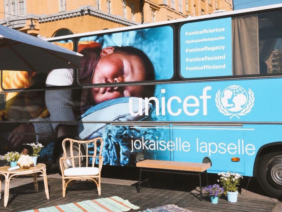 Bussin tunnistaa teippauksista ja UNICEFin tunnusväristä. Kuka tahansa on tervetullut bussille tutustumaan UNICEFin työhön ja testamenttilahjoittamiseen. © UNICEF