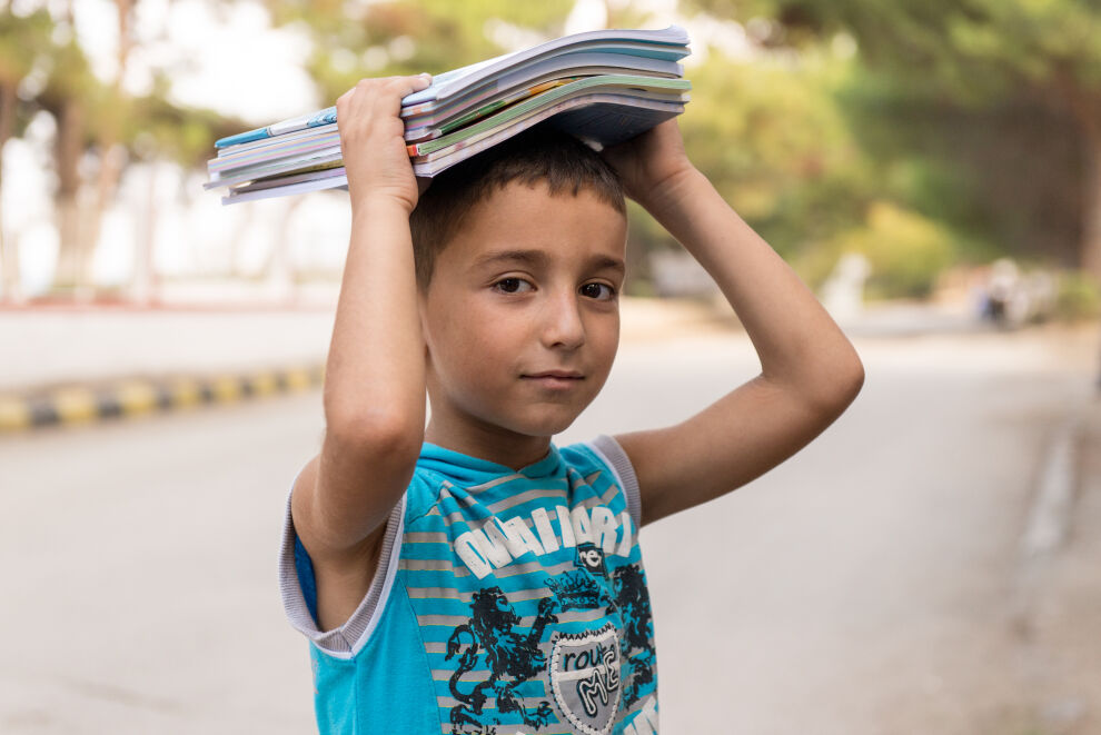 Muhammad on kahdeksan. Hän ei enää muista, minkä ikäinen hän oli paetessaan Alepposta Latakian maaseudulle. Hän oli vuoden poissa koulusta ja nyt hän palaa toiselle luokalle. Muhammadin kaksi vanhempaa veljeä, 12- ja 13-vuotiaat, eivät enää käy koulua, sillä heidän täytyy työskennellä, jotta perhe saa elantonsa. ©UNICEF/ Syria 2016/ Lattakia/ Ashraf Zeinah
