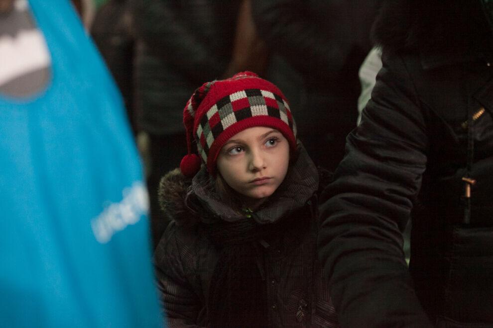 Tyttö jonottaa puhdasta vettä ja hygieniatarvikkeita Donetskin kaupungissa Itä-Ukrainassa. © UNICEF/UNI179587/Filippov