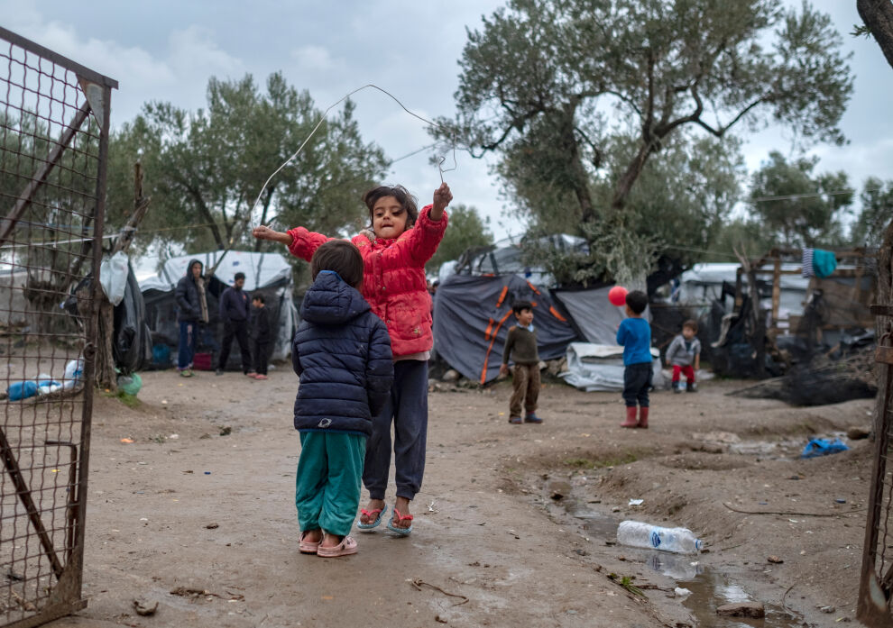 Välimeren yli paenneet lapset leikkivät Morian vastaanottokeskuksen ulkopuolella sijaitsevassa epävirallisessa leirissä Lesboksen saarella Kreikassa.