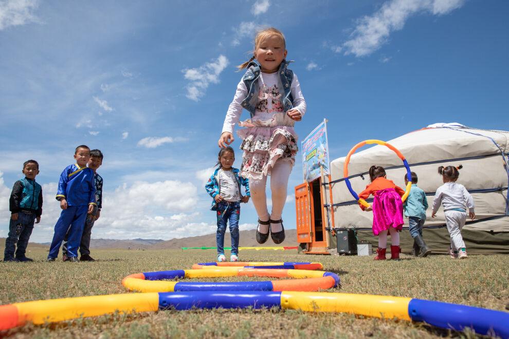 Lapset leikkivät UNICEFin rahoittaman siirrettävän päiväkodin edustalla Bayankhongorin provinssissa Mongoliassa. Päiväkoti toimii perinteisessä jurtassa ja tarjoaa laadukasta varhaiskasvatusta paimentolaisperheiden lapsille. © UNICEF/UN0220811/Matas