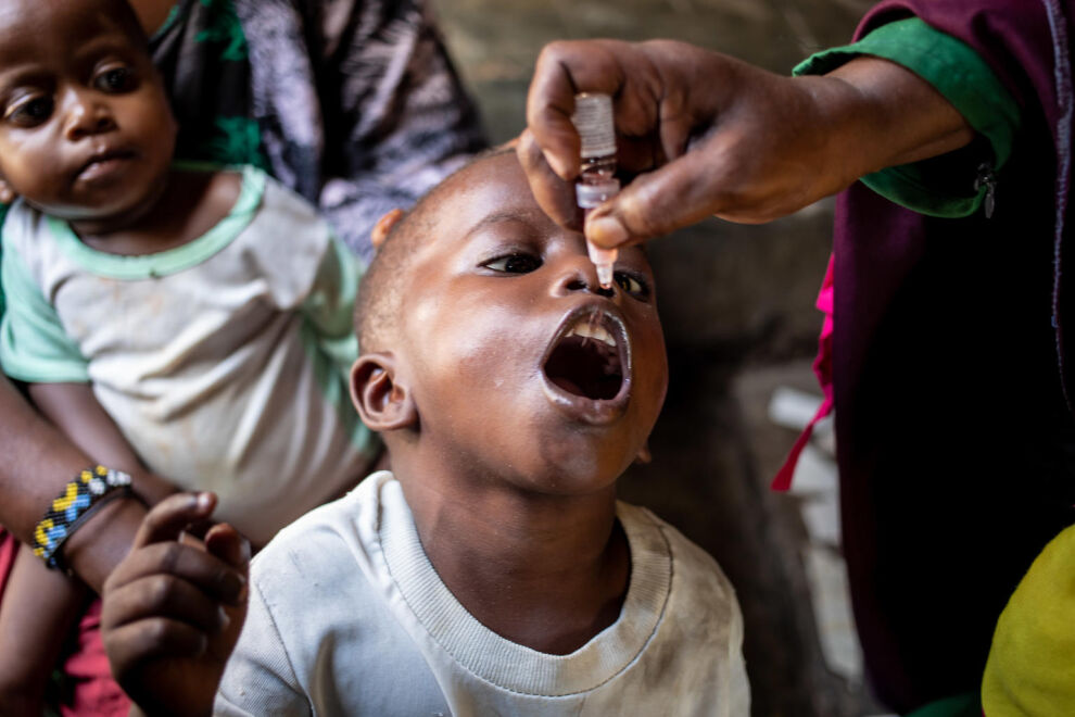 Lapsi saa poliorokotteen Mogadishussa, Somaliassa. Koronapandemian aikana on äärimmäisen tärkeää varmistaa rokotuskampanjoiden ja muiden terveyspalvelujen toiminta. © UNICEF/UN0358434/Taxta