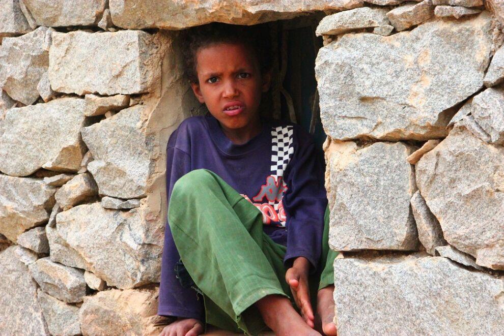 """""""Katselen aina yksin ikkunasta ulos. En uskalla mennä pihalle. Pelkään raketteja, että ne tappavat minut."""" Amjad Alwan, ikä 12, Jemen. © UNICEF/UNI187333/Farra"""