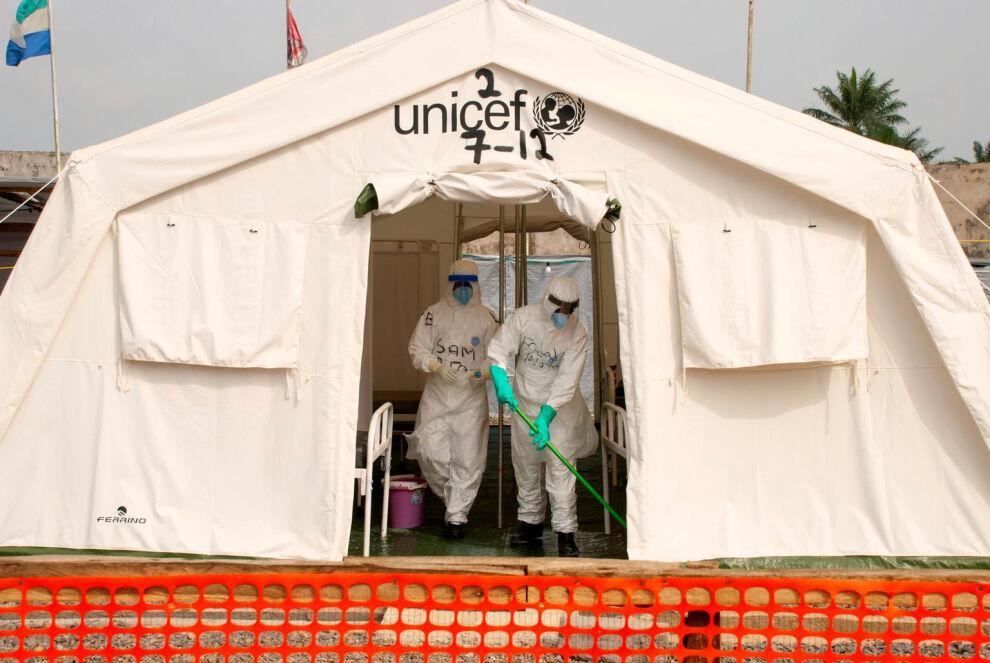 UNICEF on suurin avustustarvikkeiden toimittaja ebolakriisissä. Kuvassa ebolahoitajia UNICEFin tukemassa hoitokeskuksessa Sierra Leonessa. © UNICEF/NYHQ2015-0146/Naftalin