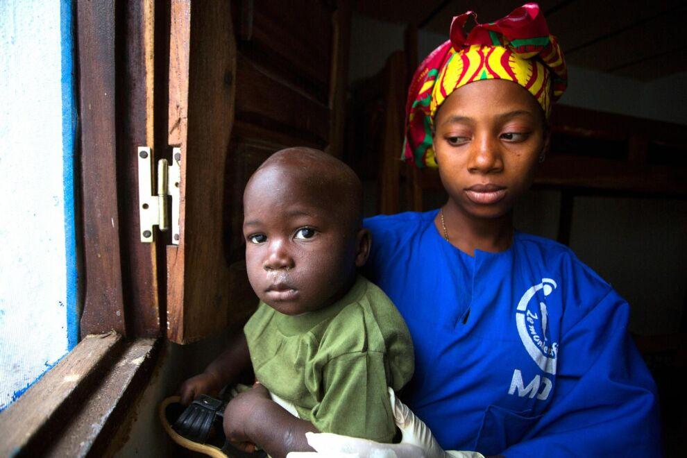 1,5-vuotias Tamba Manzare menetti äitinsä ebolalle. Kuvassa hän on UNICEFin tukemassa hoitokeskuksessa. © UNICEF/NYHQ2015-0139/Naftalin