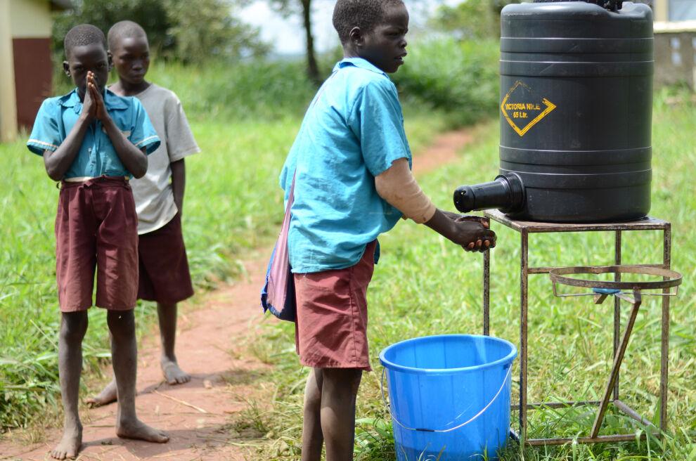 UNICEF toteuttaa yhdessä yliopistojen ja yritysten kanssa UniWASH-hanketta, jossa kehitetään vesi- ja sanitaatioratkaisuja koululaisille Ugandassa. Koneen säätiön rahoittama tutkimus tarkastelee myös tätä hanketta ja sen oppeja. © Martta Kaskinen