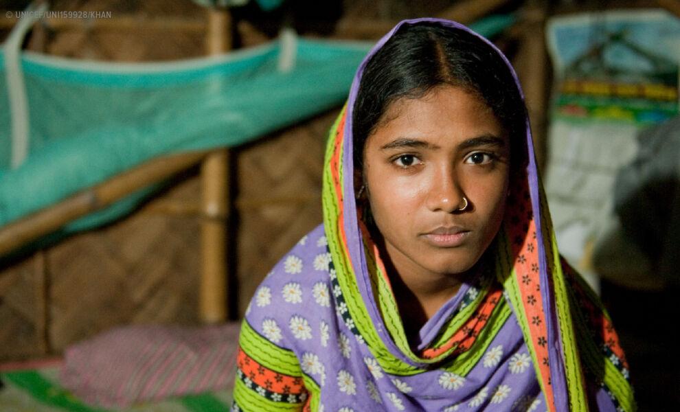 Bangladeshilainen Fatema, 15, pelastui avioliitolta. UNICEFin käteisavustuksen ansiosta hänen leskiäitinsä pystyy nyt paremmin elättämään tytärtään ja Fatema saa jatkaa koulunkäyntiään. © UNICEF/UNI159928/Khan