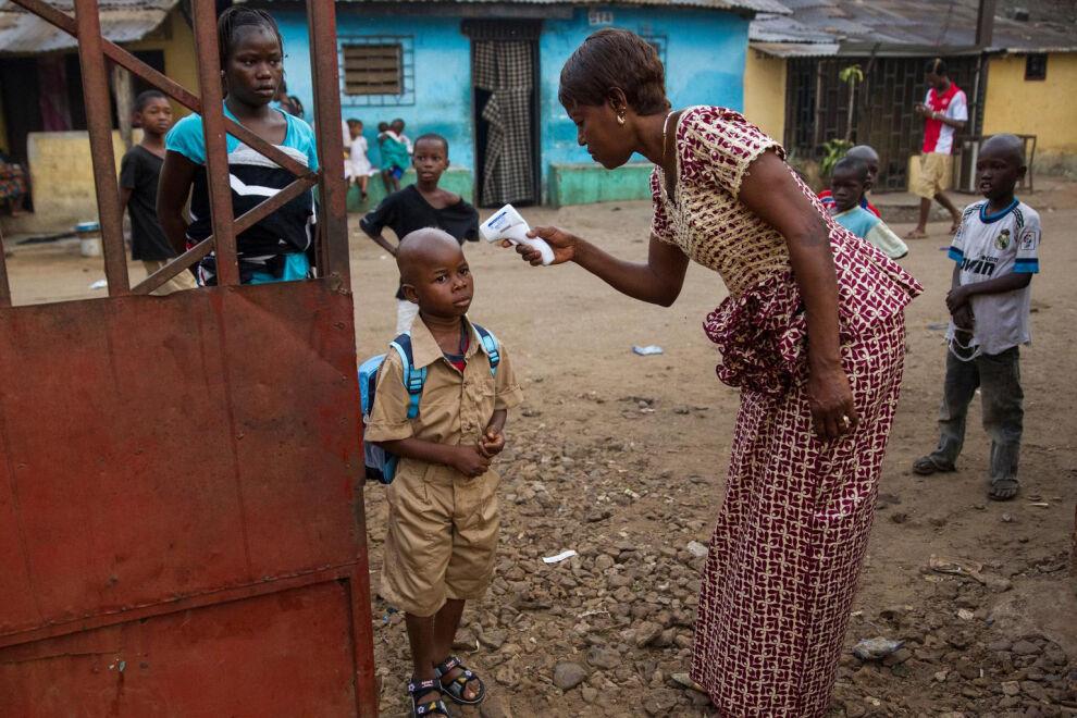 Guineassa on 12 000 koulua, joista lähes kaikki ovat auenneet. Päivän aluksi koululaisilta mitataan kuume. Sama käytäntö otetaan käyttöön myös Liberiassa. © UNICEF/NYHQ2015-0055/UNMEER Martine Perret