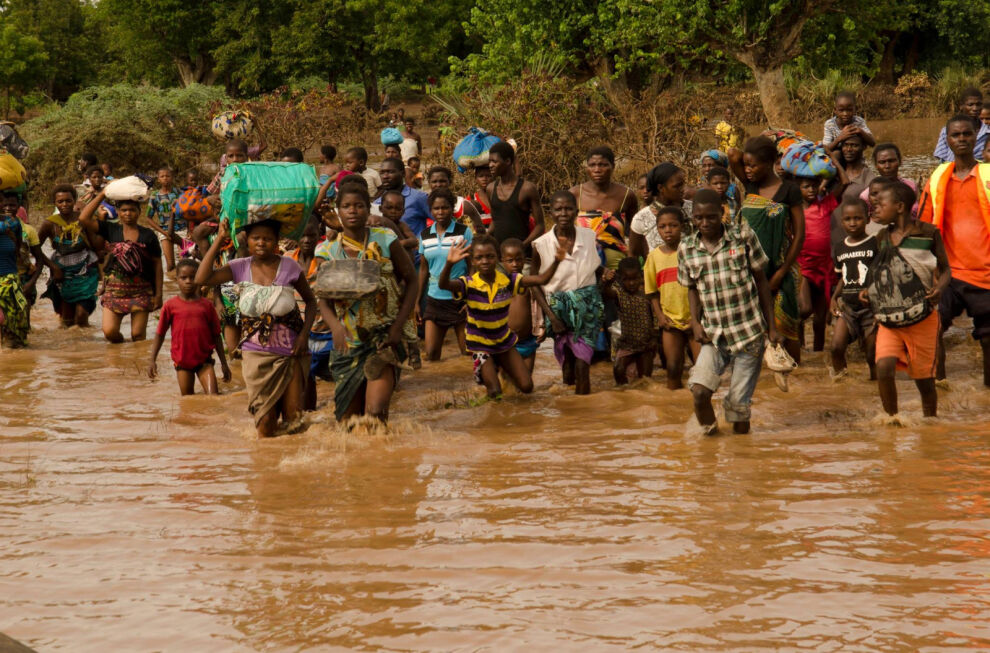 Tulvien saartamiksi joutuneita ihmisiä juoksemassa Malawin puolustusvoimien pelastusveneeseen. © UNICEF Malawi/2015/van der Merwe