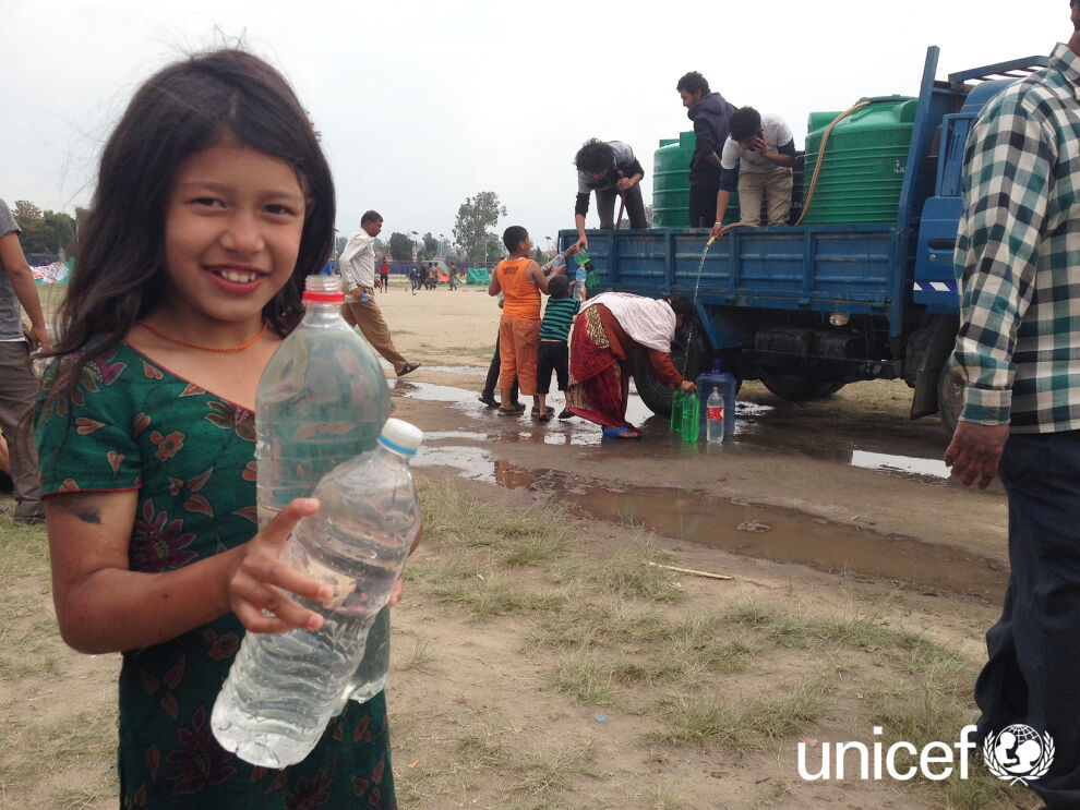"""""""Varojen avulla voidaan hoitaa ihmisille puhdasta vettä ja vessoja sekä estää koleran leviäminen"""", UNICEFin Nepalin maatoimiston vesi- ja sanitaatio -ohjelman johtaja Antti Rautavaara. © UNICEF/Nepal/Kent Page"""
