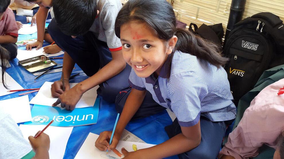Kathmandulaistyttö on päässyt takaisin kouluun. © UNICEF/PFPG2015-3357/Page