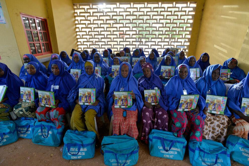 Kuvan vapaaehtoiset kiertävät nigerialaiskodeissa kertomassa poliorokotuksen tärkeydestä. © UNICEF/NYHQ2015-0663/Rich