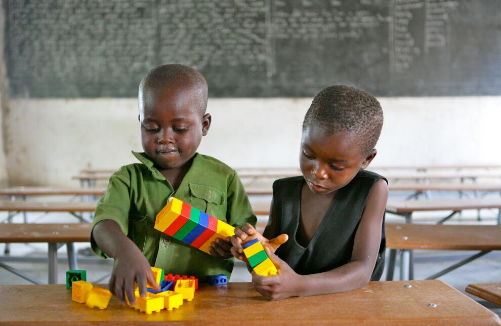 Lapset leikkivät Shirichenan koulussa, Mhondorossa, noin 60 kilometrin päässä Zimbabven pääkaupungista Hararesta. © UNICEF/ZIMA2011-00015/Pirozzi