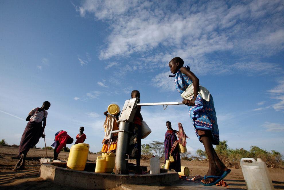Puhdas vesi on elinehto. Kuvassa lapset ovat hakemassa vettä Kerion kylän lähellä Pohjois-Keniassa. © UNICEF/NYHQ2011-1305/Njuguna