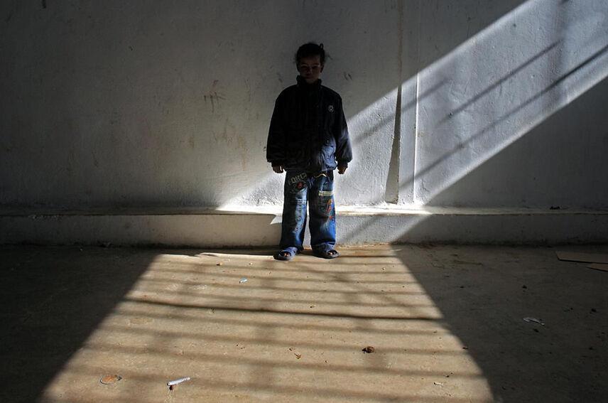 Eritrealaistyttö odottaa palautusta lähtömaahansa paperittomien siirtolaisten keskuksessa Benghazissa Libyassa.