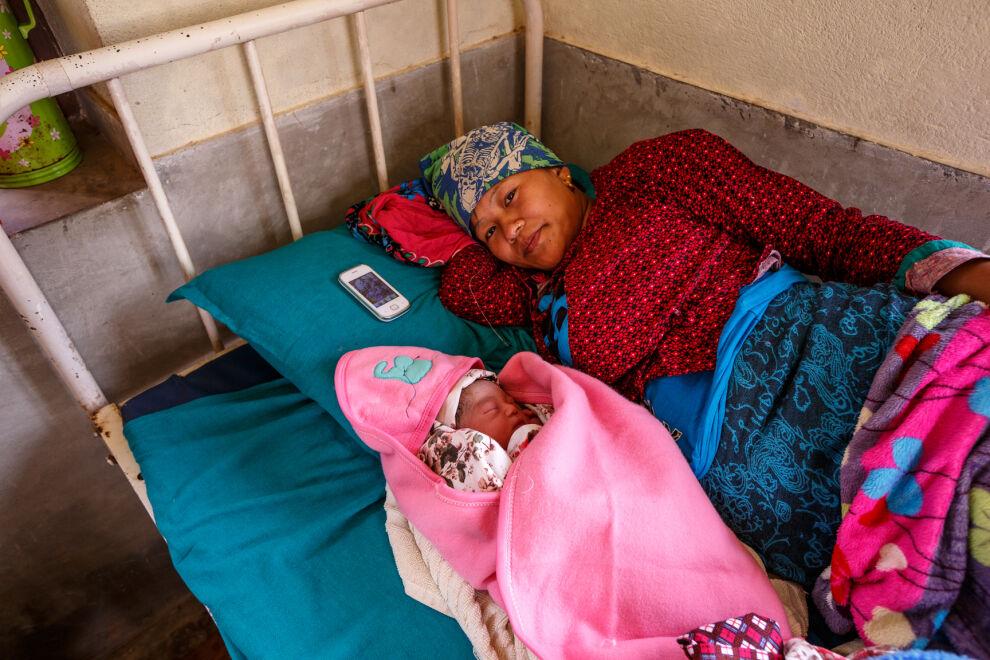 Patali makaa kolme tuntia vanhan poikavauvansa vieressä Trishulin sairaalassa Bidurissa, Nuwakotin piirikunnassa. Patali oli onnekas päästessään sairaalaan synnyttämään. Vaikka sairaala vahingoittui maanjäristyksessä, sen yksi siipi säilyi kunnossa. UNICEF on toimittanut sairaalaan muun muassa pressuja, synnytystarvikepaketteja ja lääkkeitä. © UNICEF/NYHQ2015-1261/Zammit