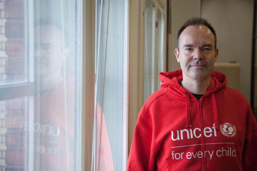 Peter Vesterbacka vaihtoi hupparia ja lähti mukaan Suomen UNICEFin kampanjaan, joka kannustaa lahjoittamaan prosentin osingoista maailman lasten koulutukseen.