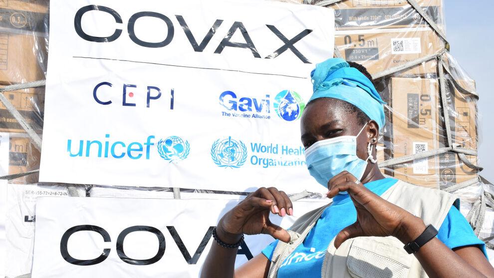 UNICEFin varastotyöntekijä iloitsee ensimmäisen koronarokote-erän saapumista Etelä-Sudaniin.