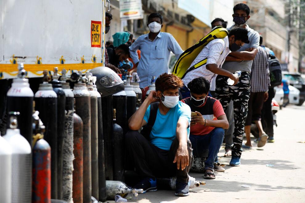 Koronapotilaiden omaiset jonottavat happipullojen täyttöpisteellä New Delhissä, Intiassa. Kuva: © UNICEF/UN0456983/Singh
