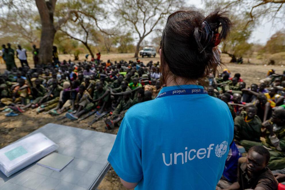 Kyseessä oli kolmas kerta tänä vuonna, kun lapsisotilaita vapautettiin Etelä-Sudanissa. Kuva on toisesta vapautustilaisuudesta. © UNICEF/NYHQ2015-0204/Rich