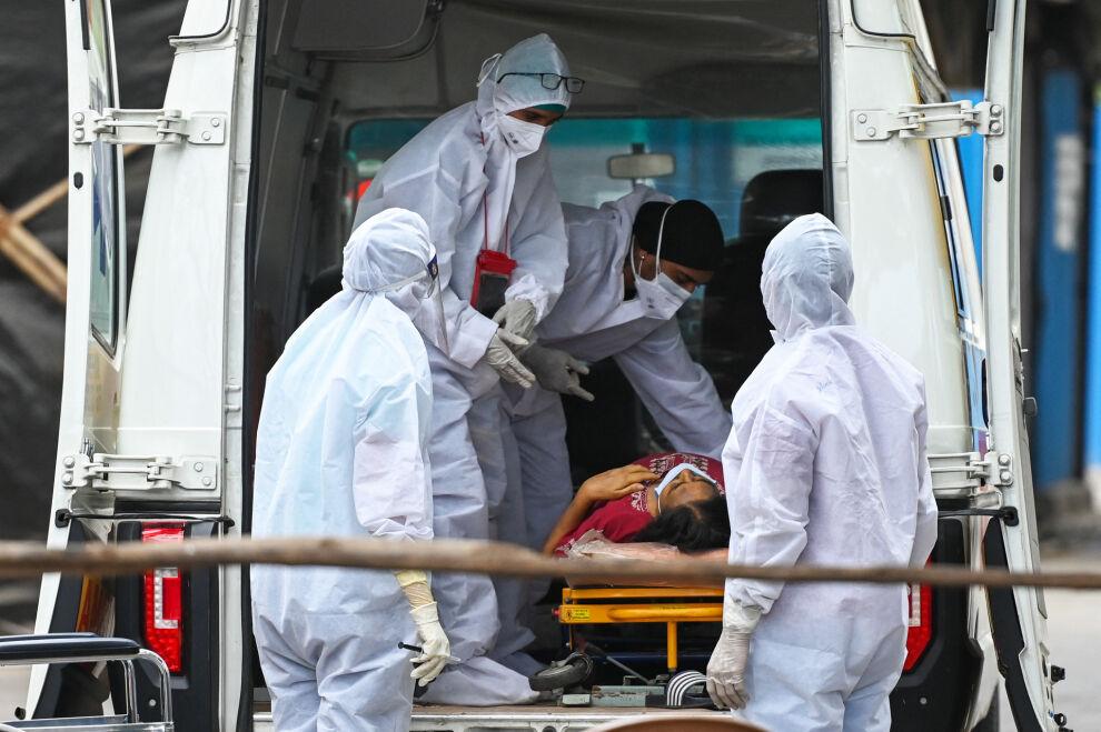 Koronapotilasta saa hoitoa ambulanssissa Mumbaissa huhtikuussa 2021. Kuva: © UNICEF/UN0452715/Paranjpe/AFP