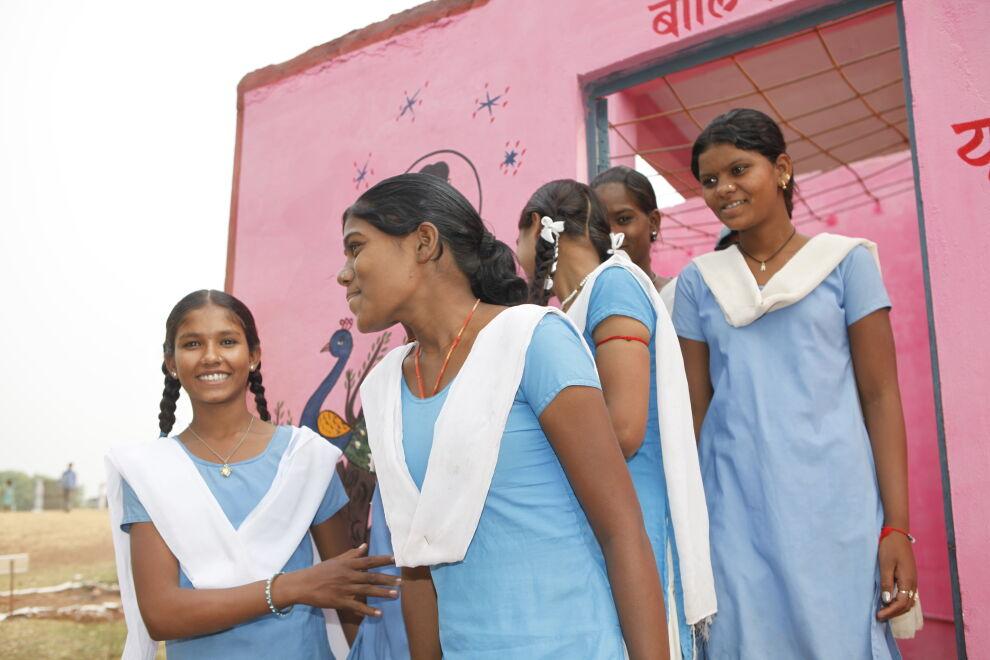 Oppi käsienpesun ja vessojen tarpeellisuudesta kulkee Intiassa koulusta kotiin. Lapsia kannustetaan kertomaan oppimastaan perheilleen.