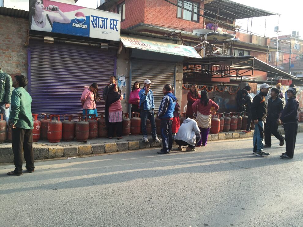 - Katmandussa paikallinen pieni kioski ilmoitti saavansa 70 kaasupulloa. Hetkessä paikalla oli neljäsataa jonottajaa. Jakelu oli tämän esikaupunkialueen ensimmäinen kolmeen kuukauteen, Nepalissa työskentelevä Antti Rautavaara kertoo. Kuva: Antti Rautavaara / UNICEF